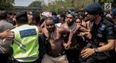 Aparat keamanan berusaha memblokade unjuk rasa massa aksi yang terdiri dari Aliansi Mahasiswa Anti Rasisme, Kapitalisme, Kolonialisme dan Militerisme di seberang Mabesad, Jakarta, Kamis (22/8/2019). Aksi itu untuk menyikapi kasus di Papua dan sejumlah kota lainnya. (Liputan6.com/Faizal Fanani)