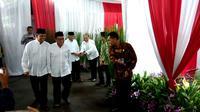 Aburizal Bakrie dan Panglima TNI Jenderal Gatot Nurmantyo tampak akrab dalam acara buka bersama di rumah dinas Ketua MPR Zulkifli Hasan, Jakarta. (Liputan6.com/Ahmad Romadoni)