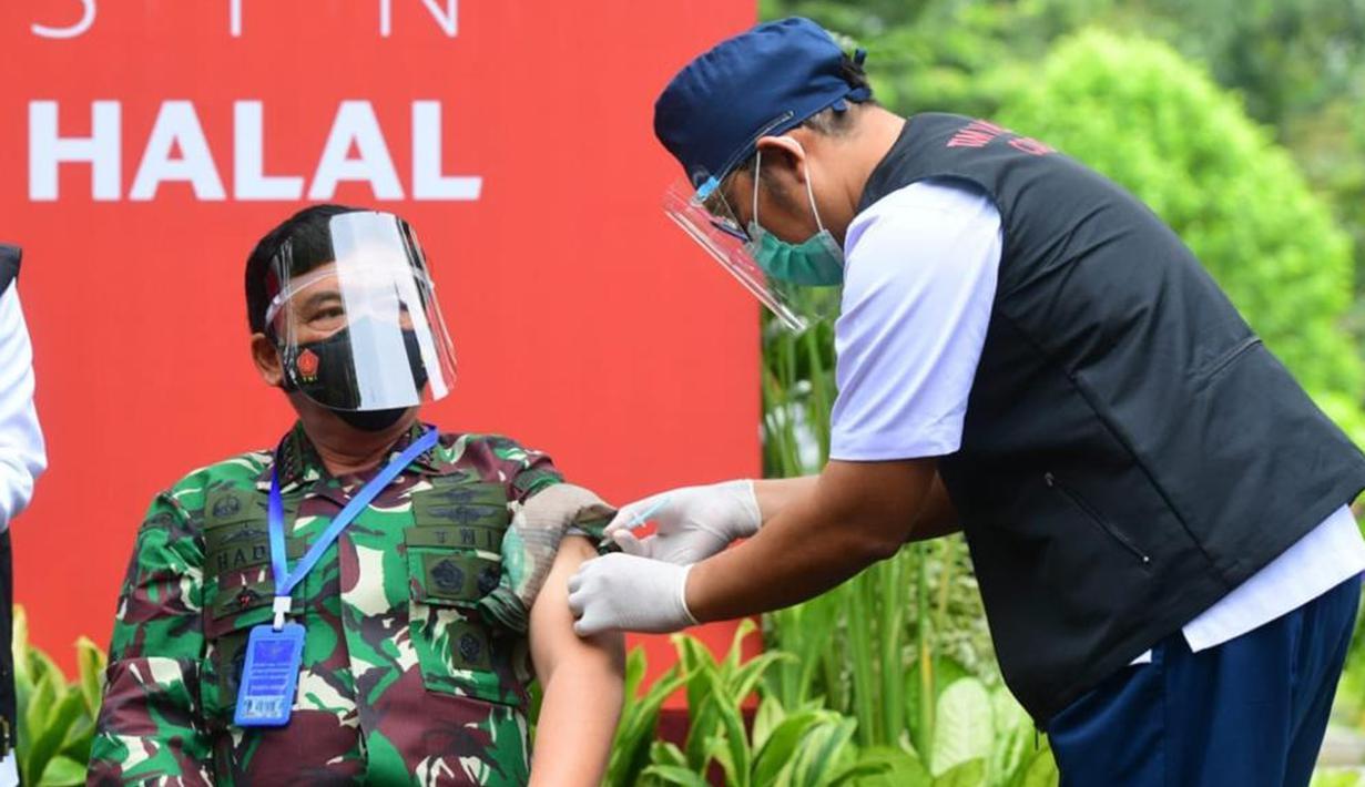 Panglima TNI Marsekal Hadi Tjahjanto menjalani  vaksinasi COVID-19 dosis kedua di Kompleks Istana Kepresidenan, Jakarta, Rabu (27/1/2021). Vaksinasi yang diberikan pemerintah secara gratis kepada 181,5 juta masyarakat Indonesia dimulai sejak 13 Januari 2021. (Rusman/Biro Pers Sekretariat Presiden)