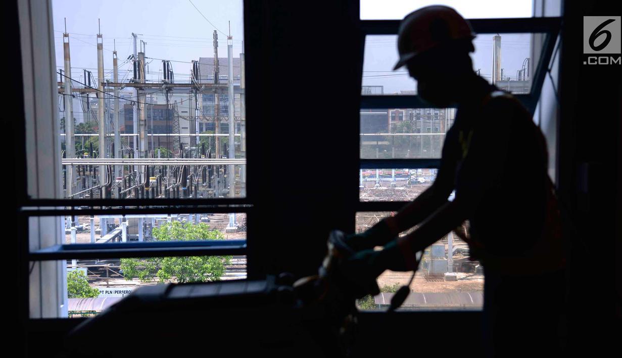 Petugas sedang membersihkan area di PLTGU Muara Karang, Jakarta, Rabu (21/3). ISS Indonesia memberikan layanan industrial cleaning kepada PT Pembangkitan Jawa Bali (PJB) Unit Pembangkit Muara Karang sejak awal 2016 . (Liputan6.com/Angga Yuniar)