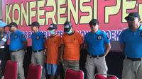 Polisi menunjukan tersangka penyelundupan benih lobster (Liputan6.com/Pramita Tristiawati)