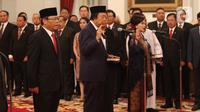 Anggota Dewan Pertimbangan Presiden (Wantimpres) membacakan sumpah jabatan saat dilantik di Istana Negara, Jakarta, Jumat (13/12/2019). Presiden Joko Widodo atau Jokowi resmi melantik sembilan anggota Wantimpres. (Liputan6.com/Angga Yuniar)