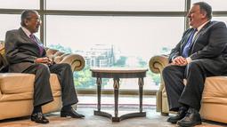 Menteri Luar Negeri AS, Mike Pompeo bertemu dengan Perdana Menteri Malaysia, Mahathir Mohamad di Putrajaya, Kuala Lumpur, Jumat (3/8). Kunjungan Pompeo tersebut untuk mengakhiri lawatan dua hari di Malaysia. (Malaysia Information Ministry via AP)