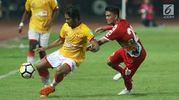 Pemain tengah Persija, Sandi Sute (kanan) berebut bola dengan penyerang Selangor FA, Ilham Udin Armayn saat laga persahabatan di Stadion Patriot Candrabhaga, Bekasi, Kamis (6/9). Persija kalah 1-2. (Liputan6.com/Helmi Fithriansyah)
