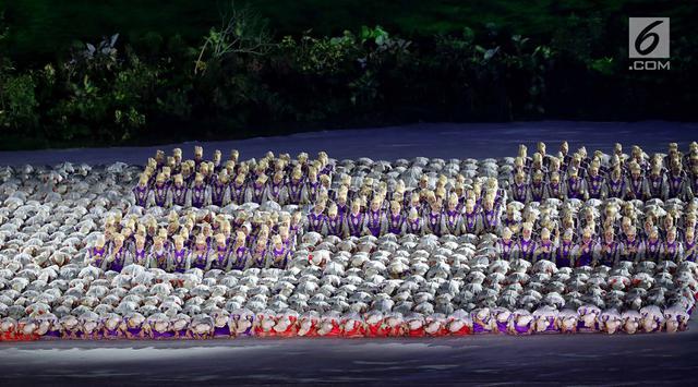 Para penari menampilkan tari Ratoeh Jaroe dari Aceh pada pembukaan Asian Games 2018 di Stadion Gelora Bung Karno, Jakarta, (18/8). Indonesia menyambut kedatangan dunia di Tanah Air dengan tarian khas Aceh arahan Denny Malik. (Liputan6.com/ Fery Pradolo)