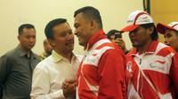 Para atlet bersalaman dengan Menpora, Imam Nahrawi saat acara pelepasan kontingen Indonesia ke ASEAN Paragames 2017 di Hotel Lorin Solo, Selasa (12/9/2017). Indonesia diharapkan meraih juara umum di APG. (Bola.com/Ronald Seger)