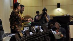 Ketua Badan Kehormatan (BK) DPD AM Fatwa (kanan) saat akan menyampaikan pandangannya dalam Sidang Paripurna DPD, Jakarta, Kamis (17/3/2016). Irman Gusman menutup dan pergi meninggalkan ruang sidang yang mulai terlihat ricuh. (Liputan6.com/Johan Tallo)