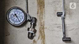 Peralatan yang digunakan untuk mengisi ulang dan mengukur oksigen di agen isi ulang oksigen kawasan Kalimalang, Jakarta, Rabu (27/1/2021). Rata-rata warga menggunakan oksigen untuk pribadi dan penanganan darurat saat isolasi mandiri di rumah. (merdeka.com/Iqbal S Nugroho)