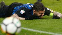 Ekspresi striker Inter Milan Mauro Icardi saat gagal membobol gawang AC Milan dalam pertandingan Liga Italia di stadion San Siro, Milan (4/4). Derby della Madonnina antara AC Milan kontra Inter Milan berakhir dengan skor 0-0. (AP Photo / Antonio Calanni)