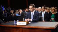 CEO Facebook Mark Zuckerberg memenuhi panggilan untuk bersaksi di hadapan Komite Senat Amerika Serikat di Capitol Hill, Washington, Senin (10/4). Zuckerberg membuat kesaksian yang berlangsung hampir lima jam.  (AP/Pablo Martinez Monsivais)