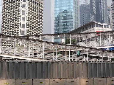 Suasana jembatan penyeberangan orang (JPO) Gelora Bung Karno, Jakarta, Kamis (3/5). Untuk mendukung penyelenggaraan Asian Games, Pemprov DKI Jakarta berencana merenovasi 12 JPO di kawasan Jalan Sudirman hingga MH Thamrin. (Liputan6.com/Immanuel Antonius)