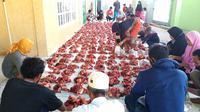 Foto: Umat non muslim membantu umat muslim saat penyembelihan hewan kurban di masjid (Liputan6.com/Dion)