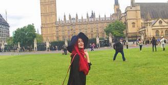 Shireen Sungkar berpose cantik di depan bangunan bersejarah Big Ben, London, Inggris. Dalam kunjungan Shireen ke London tidak hanya liburan namun juga untuk mendukung sang kakak, Zaskia Sungkar di ajang Oxford Fashion Week. (via instagram/@shireensungkar)