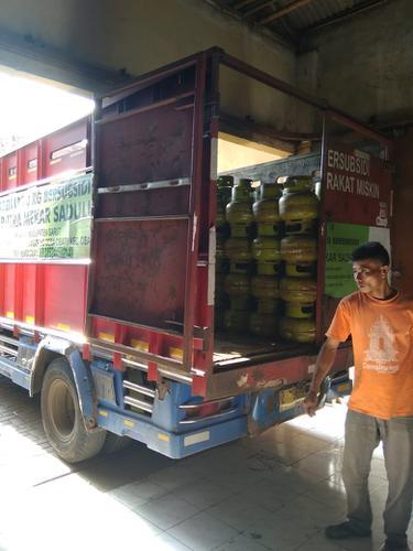 Sebuah mobil angkutan gas subsidi 3 kg tengah menunggu kiriman untuk wilayah Garut Selatan, Jawa Barat.
