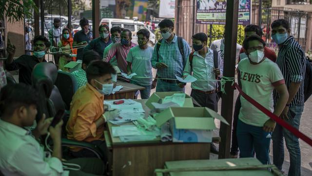 Orang-orang menunggu untuk menguji COVID-19 di rumah sakit pemerintah di Noida, pinggiran New Delhi, India, Rabu (7/4/2021). India mencapai puncak baru dengan 115.736 kasus COVID-19 dalam 24 jam. (AP Photo/Altaf Qadri)