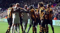 Terjadi perdebatan antara para pemain Swansea dengan Hull City pada pertandingan sepak bola antara Swansea City vs Hull City di Stadion Liberty, Swansea (10/12/13). (AFP/Geoff Caddick)
