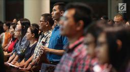 Ribuan umat Kristen Katolik melaksanakan Misa Pontifikal Natal di Gereja Katedral, Jakarta, Senin (25/12). Misa pontifikal merupakan misa paling ramai dihadiri jemaat, dan dipimpin langsung Uskup Agung Jakarta Ignasius Suharyo.(Liputan6.com/Faizal Fanani)