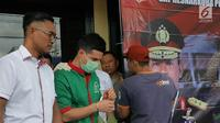 Artis peran Steve Emmanuel dihadirkan saat rilis pengungkapan kasus narkoba di Polres Metro Jakarta Barat, Kamis (27/12). Polisi menyita barang bukti kokain seberat 92,04 gram dari Steve Emmanuel pada 21 Desember 2018 malam. (Liputan6.com/Herman Zakharia)