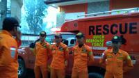 Tim Rescue dari Pos SAR Tasikmalaya  bersiap memberikan pertolongan bagi pemancing lokal Garut yang terseret ombak (Liputan6.com/Jayadi Supriadin)