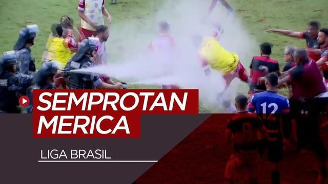 Berita video momen pemain Liga Brasil berkelahi di lapangan dan polisi membubarkannya menggunakan semprotan merica. Seperti apa insiden tersebut?