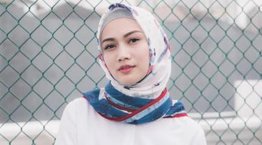 Memakai hijab berwarna putih dengan corak biru dan merah, membuat penampilan Melody terkesan santai dan elegan. (Liputan6.com/IG/@melodylaksani92)