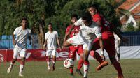 Laga Madura FC (kostum merah) kontra Persis di Stadion Ahmad Yani, Sumenep, Sabtu (20/7/2019). (Bola.com/Dok. Media officer Persis Solo)