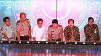 Smart SIM diluncurkan bersamaan dengan layanan SIM online pada peringatan Hari Lalu Lintas Bhayangkara ke-64 di Gedung Basket Gelora Bung Karno, Jakarta, Minggu (22/9).
