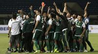 Para pemain Persebaya Surabaya merayakan kemenangan atas Perseru Serui pada laga Piala Presiden 2019 di Stadion Si Jalak Harupat, Bandung, Sabtu (2/3). Persebaya menang 3-2 atas Perseru. (Bola.com/Yoppy Renato)