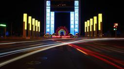 Gedung berbalut cahaya biru saat Hari Anak Sedunia di Weihai, Provinsi Shandong, China timur (20/11/2020). Hari Anak Sedunia dirayakan pada 20 November untuk mendorong kebersamaan internasional, kesadaran  anak-anak di seluruh dunia, serta peningkatan kesejahteraan anak. (Xinhua/Zhu Chunxiao)