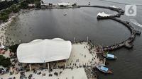 Foto udara menunjukkan keramaian pengunjung di Pantai Karnaval Ancol, Jakarta, Jumat (14/5/2021). Ancol dibuka khusus bagi warga ber-KTP DKI Jakarta dan membatasi jumlah wisatawan dengan kapasitas 30 persen. (Liputan6.com/Johan Tallo)
