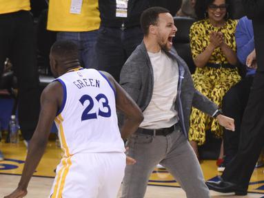 Stephen Curry (right) merayakan kemanengan timnya bersama Draymond Green (23) saat melawan Portland Trail Blazers pada laga NBA Playoffs di Oracle Arena, Rabu (4/5/2016) WIB.  (Mandatory Credit: Kyle Terada-USA TODAY Sports)