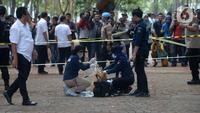Anggota Labfor Mabes Polri mengumpulkan barang bukti di TKP ledakan di kawasan Monas, Jakarta, Selasa (3/12/2019). Dalam ledakan itu dua anggota TNI menjadi korban dan mengalami luka. (merdeka.com/Imam Buhori)