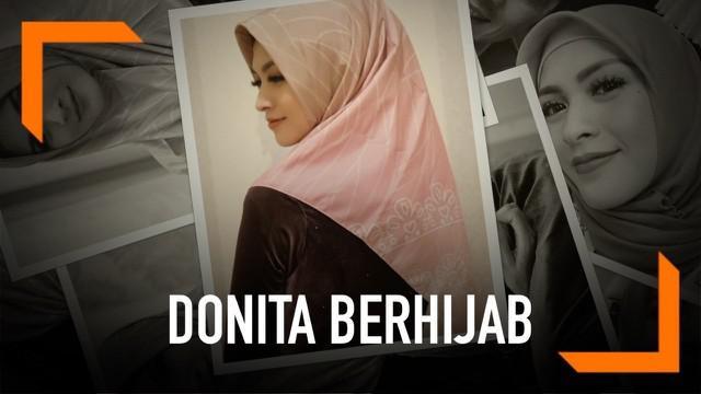 Artis cantik Donita tampil dengan penampilan baru di awal bulan Ramadan ini. Ia telah memutuskan untuk menutup auratnya dengan mantap berhijab. Begini penampilannya.
