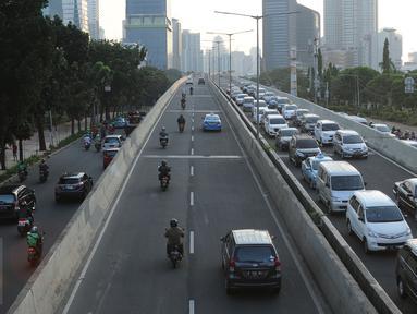 Pengendara motor melintas di Jalan Layang Non Tol Kampung Melayu arah Tanah Abang, Jakarta, Kamis (28/7). Meski berbahaya, para pengendara sepeda motor seringkali nekat melintasi JLNT Kampung Melayu-Tanah Abang. (Liputan6.com/Helmi Fithriansyah)