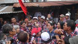 Cawagub DKI Jakarta, Djarot Saiful Hidayat memberi pemaparan saat berkunjung ke Kampung Ambon, Cengkareng, Jakarta Barat, Kamis (2/2). Djarot juga mengatakan akan membangun fasilitas untuk anak-anak muda di kawasan rawan narkoba. (Liputan6.com)