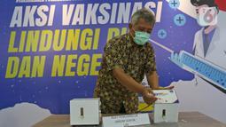 Peneliti LIPI Bambang Widyatmoko memperlihatkan cara kerja alat penghancur jarum suntik buatan LIPI saat melakukan uji coba APJS di Gedung LIPI, Jakarta, Kamis  (18/3/2021). Alat tersebut diharapkan dapat menangani limbah jarum suntik pada masa vaksinasi COVID-19. (Liputan6.com/Herman Zakharia)
