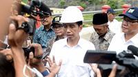 Presiden Jokowi memberikan keterangan kepada awak media usai meresmikan pengoperasian Waduk Nipah di Sampang, Madura, Jatim, Sabtu (19/3). Waduk ini sempat mangkrak selama 16 tahun karena sulitnya membebaskan lahan. (Setpres/Cahyo)