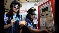 Pramuniaga menempelkan uang elektronik di Terminal Parkir Elektonik (TPE), untuk membayar parkir di Jalan Sabang, Jakarta, Kamis (29/1/2015). Sebanyak enam bank terlibat dalam sistem pembayaran ini. (Liputan6.com/Andrian M Tunay)