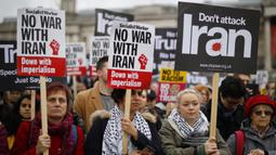 Para demonstran mengikuti aksi protes menentang ancaman perang dengan Iran, di London, Inggris (11/1/2020). Iran kemudian melancarkan serangan rudal ke dua pangkalan koalisi yang dipimpin AS di Irak. (AFP/Tolga Akmen)