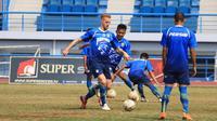 Kevin van Kippersluis saat latihan Persib. (Bola.com/Erwin Snaz)