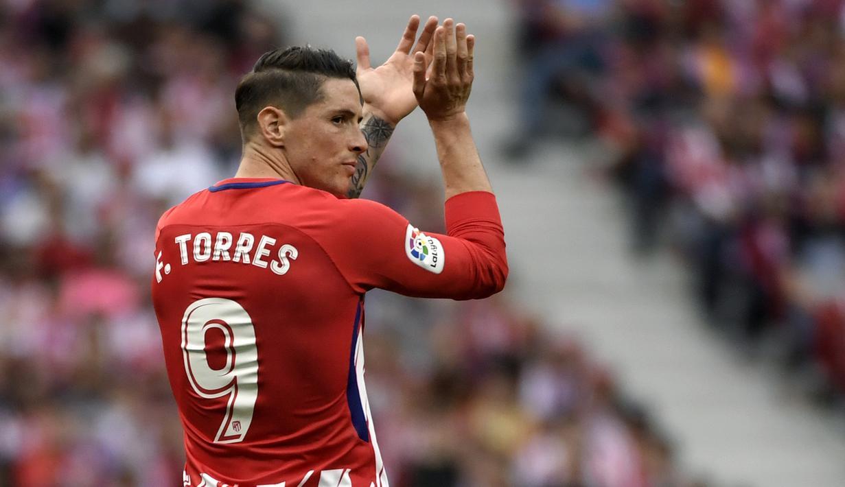 Striker Atletico Madrid, Fernando Torres, menyapa suporter usai melawan Eibar pada laga La Liga Spanyol di Stadion Wanda Metropolitano, Madrid, Minggu (20/3/2018). Laga ini merupakan yang terakhir bagi Torres bersama Atletico. (AFP/Gabriel Bouys)