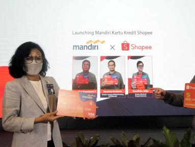 SVP Credit Cards Bank Mandiri Lila Noya (kiri) dan Presdir Visa Worldwide Indonesia Riko Abdurrahman (kanan) menunjukan mock up Mandiri Kartu Kredit Shopee di Jakarta, Rabu (17/3/2021). Kerjasama tersebut diharapkan dapat meningkatkan animo masyarakat untuk berbelanja. (Liputan6.com/Pool/PR)