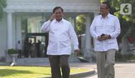 Ketua Umum Partai Gerindra Prabowo Subianto (kiri) didampingi Wakil Ketua Umum Partai Gerindra, Edhy Prabowo berjalan memasuki kompleks Istana Kepresidenan, Jakarta, Senin (21/10/2019).  Kedatangan Prabowo ke Istana memenuhi undangan dari Presiden Jokowi. (Liputan6.com/Angga Yuniar)