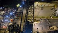 Sebuah jembatan penyeberangan ambruk di Mumbai India, 5 orang tewas dan puluhan lainnya terluka (AFP)