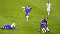 Para pemain Chelsea merayakan gelar juara Liga Champions usai menaklukkan Manchester City pada laga final di Stadion Dragao, Minggu (30/5/2021). Chelsea menang dengan skor 1-0. (Carl Recine/Pool via AP)