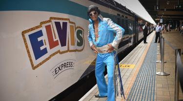 Seorang penggemar Elvis berpose di stasiun Central sebelum naik kereta ke The Parkes Elvis Festival, di Sydney (11/1). Mereka mengenakan kostum mirip Elvis Presley untuk mengahadiri The Parkes Elvis Festival.  (AFP Photo/Peter Parks)