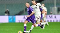 Pemain Fiorentina, Franck Ribery, berusaha melewati pemain AS Roma, Gianluca Mancini, pada laga Liga Italia di Stadion Artemio Franchi, Rabu (3/3/2021). AS Roma menang dengan skor 2-1. (Jennifer Lorenzini/LaPresse via AP)