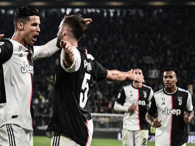 Para pemain Juventus merayakan gol yang dicetak Cristiano Ronaldo ke gawang Bologna pada laga Serie A Italia di Stadion Juventus, Turin, Sabtu (19/10). Juventus menang 2-1 atas Bologna. (AFP/Marco Bertorello)