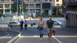 "Warga berjalan di Victoriei Avenue, yang ditutup untuk kendaraan namun dibuka bagi pejalan kaki dan pesepeda pada akhir pekan, di Bucharest, Rumania, pada 7 Juni 2020. Setelah dua tahap penerapan langkah pelonggaran, warga Rumania kini menjalani ""kehidupan seminormal"". (Xinhua/Gabriel Petrescu)"