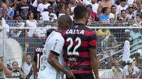Bek Ponte Preta, Rodrigo, tengah melakukan aksi tidak terpuji kepada gelandang Vitoria, Carlos Eduardo. (Twitter)